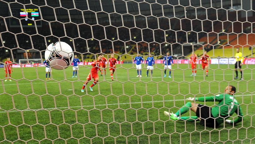 Мяч в воротах сборной Азербайджана