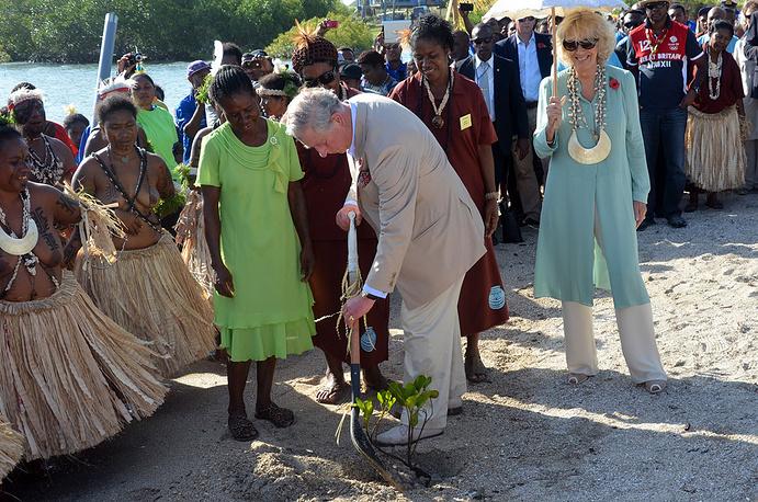 Принц Чарльз посадил дерево в деревне в окрестностях Порт-Морсби, Папуа-Новая Гвинея