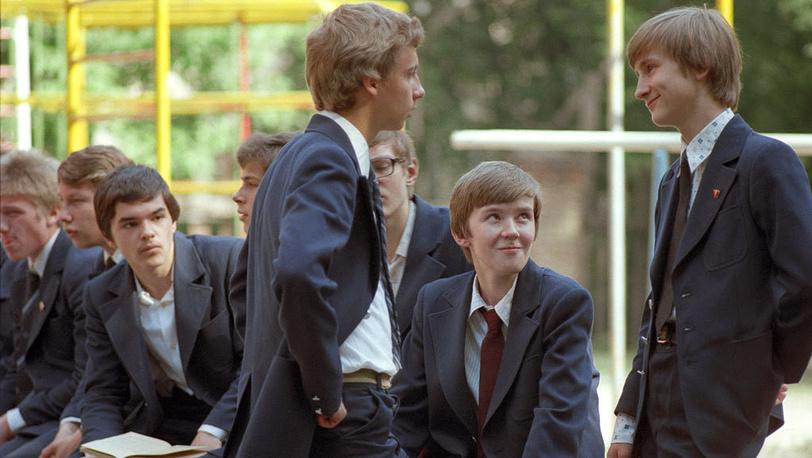Форму больших размеров мужчины покупали для повседневной носки. На фото: старшеклассники, 1980 год