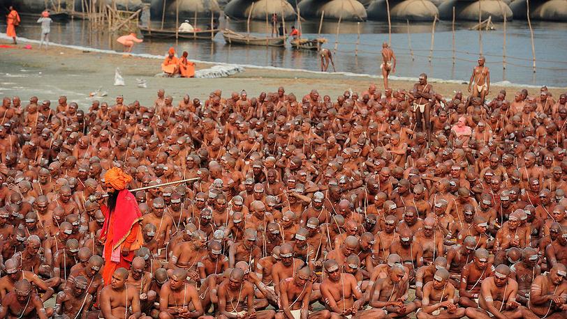 Альфред Якоб Заде / Smithsonian Magazine. Индусы во время массового паломничества Кумбха-мела («праздника кувшина»), которое проводится раз в 12 лет в водах Ганга, Индия, февраль, 2013 г.