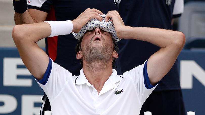 Французский теннисист Жюльен Беннето в матче против чеха Томаша Бердыха в третьем круге. Фото EPA/ANDREW GOMBERT