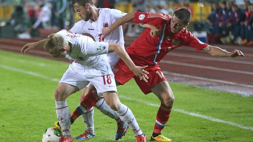 Алексей Ионов борется с двумя соперниками