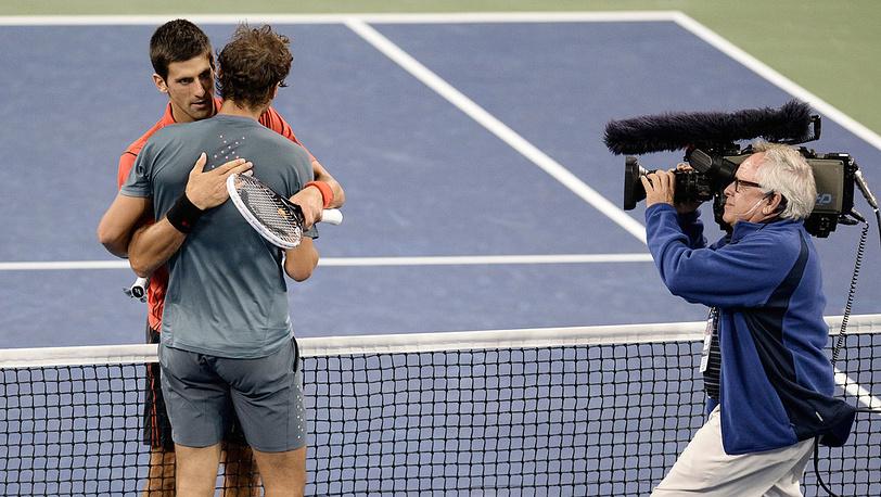 Рафаэль Надаль и Новак Джокович после финального матча. Фото EPA/ANDREW GOMBERT