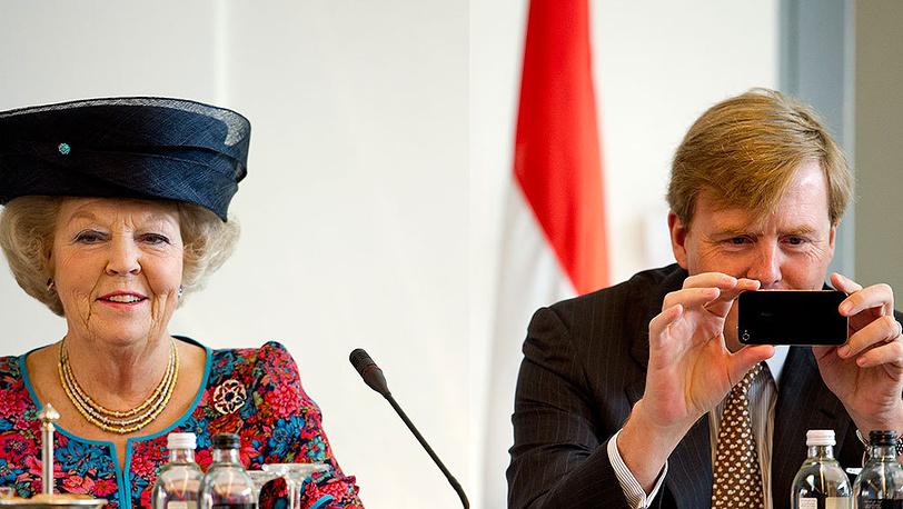 2012 год. Королева Нидерландов  Беатрикс с сыном Виллемом-Александром. Фото EPA/ROBIN UTRECHT
