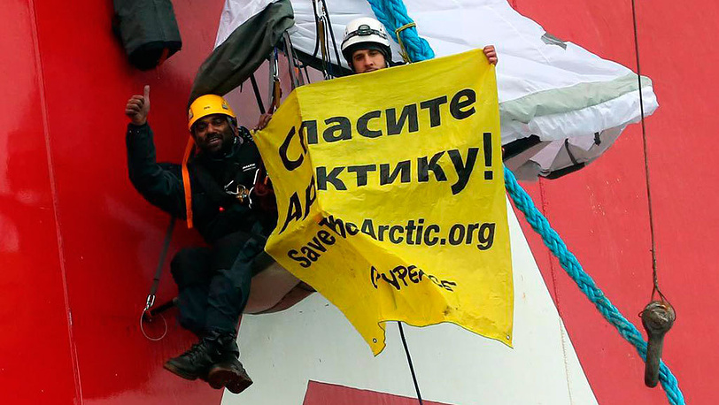 Акция Greenpeace на нефтяной платформе Приразломная, Печорское море. 2012. Фото EPA/DENIS SINYAKOV
