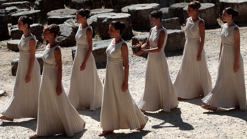 Церемония зажжения Олимпийского огня Игр-2014 в Древней Олимпии. Фото EPA/ORESTIS PANAGIOTOU