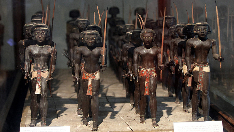 40 статуэток нубийских лучников в Египетском музее. Фото EPA/KHALED ELFIQI