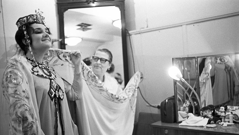 """Перед началом спектакля """"Садко"""". 1980 год.  Фото ИТАР-ТАСС/ Александр Коньков"""
