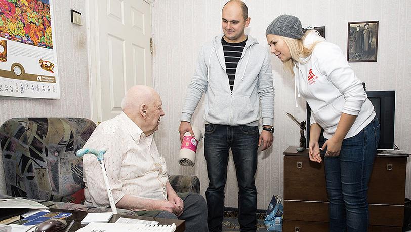 Активисты общественного движения В.Н.У.К. поздравляют ветеранов. Фото Петр Шкода