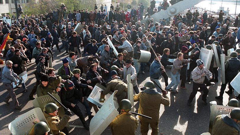 Крымский мост. Милиция разгоняет демонстрантов. Фото ИТАР-ТАСС/ Анатолий Морковкин