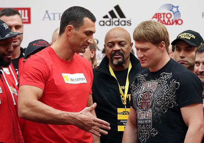 Владимир Кличко и Александр Поветкин. Фото EPA/MAXIM SHIPENKOV