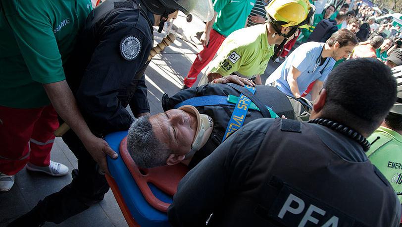 Помощь пострадавшим в результате аварии пригородного поезда. Фото AP Photo/Eduardo Di Baia
