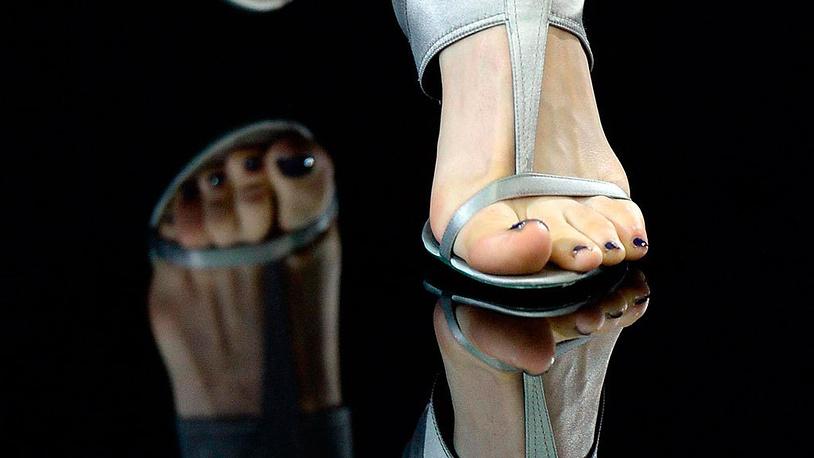 Обувь от Джорджио Армани. EPA/DANIEL DAL ZENNARO