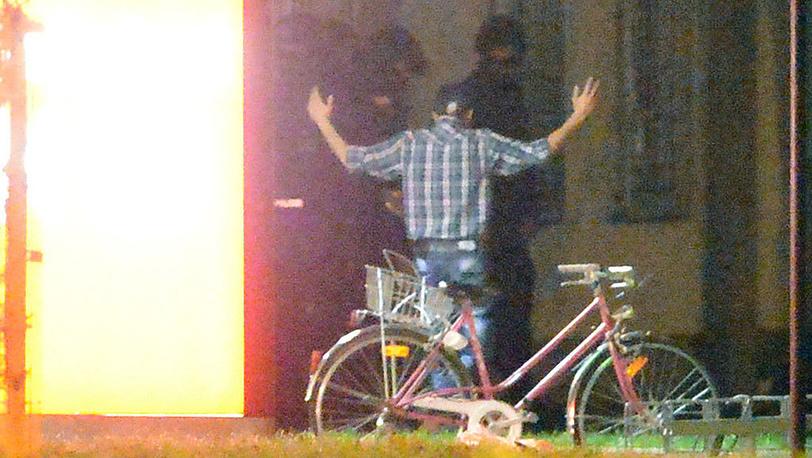 Мужчина, удерживавший заложников в кафе во Фрайбурге. Фото EPA/PATRICK SEEGER