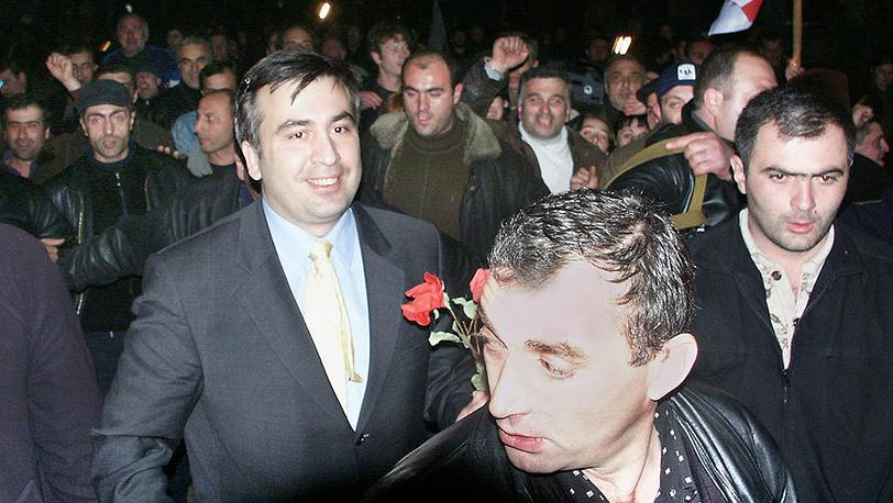 """После парламентских выборов в Грузии 2 ноября 2003 года лидеры оппозиции во главе с Михаилом Саакашвили заявили о фальсификации итогов выборов, что привело к """"революции роз"""" 21-23 ноября. Фото ИТАР-ТАСС/ Глаз Грузии"""