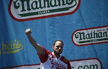 Чемпион по скоростному поеданию хот-догов Джоуи Честнат