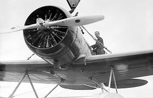 "Чарльз Линдберг на крыле своего самолета ""Lockheed Sirius Plane"""