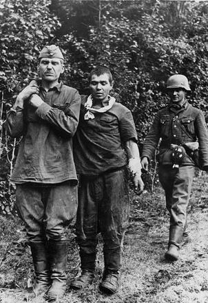 Захваченные под Ленинградом советские пленные под конвоем солдата вермахта.1941 г.