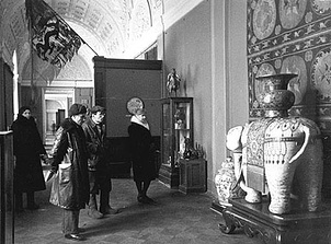 На выставке экспонатов, остававшихся в Эрмитаже во время блокады