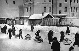Эвакуируемые из города везут свои вещи на Финляндский вокзал