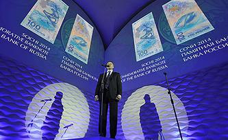 Презентация 100-рублевой банкноты и памятной монеты Центробанка РФ. Фото ИТАР-ТАСС/ Руслан Шамуков