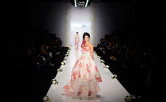 Показ коллекции модного дома IGOR GULYAEV на Mercedes-Benz Fashion Week Russia. Фото ИТАР-ТАСС/ Сергей Бобылев