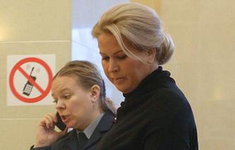 Евгения Васильева (справа) перед началом рассмотрения вопроса о продлении срока своего домашнего ареста в Мосгорсуде