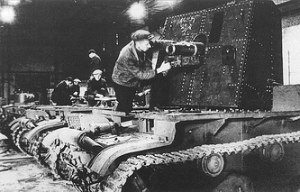 Установка 76-мм пушки на шасси танка Т-26 (САУ). Завод имени Кирова, Ленинград. Осень 1941 года.