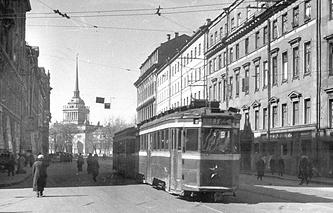 Трамвай на проспекте 25-го Октября (Невский проспект) в блокадном Ленинграде.