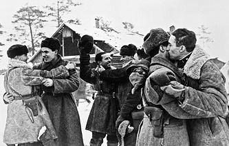 Встреча бойцов Ленинградского и Волховского фронтов.Прорыв блокады Ленинграда. 1943 г.
