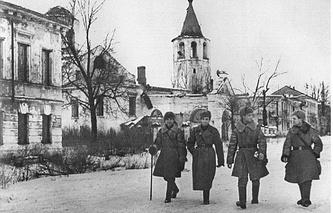 Командиры Красной Армии на улице Большой Московской в Новгороде