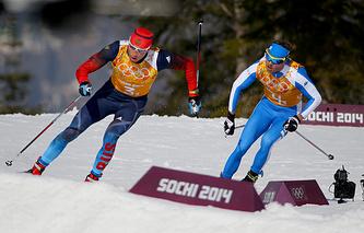 Александр Легков (Россия, слева) обходит итальянца Роланда Клара