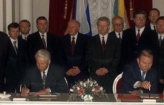 Президент России Борис Ельцин (слева) и президент Украины Леонид Кучма подписывают соглашение о Черноморском флоте, 1997 год
