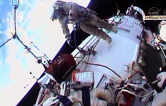 Российские космонавты Олег Котов и Сергей Рязанский во время установки видеокамер на поверхности МКС