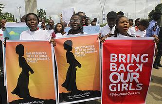 Участники акции в нигерийском Порт-Харкорте требуют освободить похищенных девушек