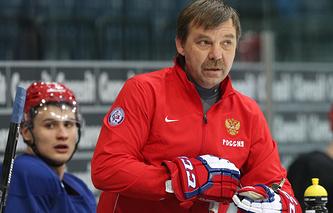 Олег Знарок на тренировке сборной России