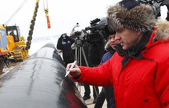 Губернатор Красноярского края Лев Кузнецов во время торжественной церемонии сварки первого стыка магистрального нефтепровода «Куюмба-Тайшет»