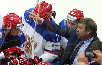 Олег Знарок и хоккеисты сборной России