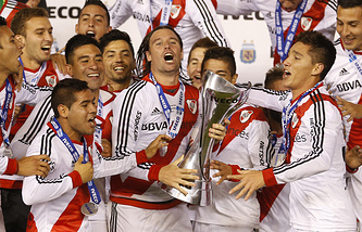 Фернандо Кавенаги с кубком чемпионов Аргентины по футболу
