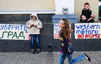 Пикет с участием детей против военных действий на юго-востоке Украины