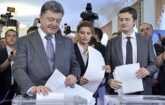 Петр Порошенко с супругой Мариной и сыном Алексеем во время голосования