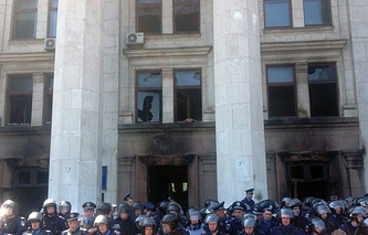 Патруль милиции у Дома в Одессе после трагедии