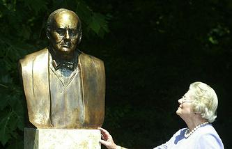 Мэри Соумс возле бюста Уинстона Черчилля