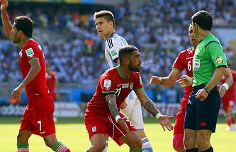 Иранские футболисты требуют назначить пенальти