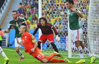 Арьен Роббен падает в штрафной сборной Мексики