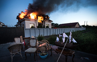 Пожар в жилом доме в селе Николаевка в результате минометного обстрела пригородных районов Луганска