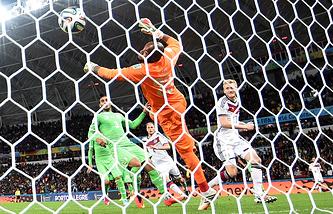 Эпизод из матча между сборными Германии и Алжира