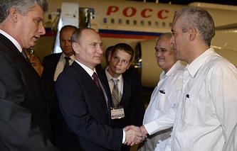 Владимир Путин во время встречи в аэропорту имени Хосе Марти
