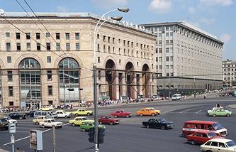 """Здание магазина """"Детский мир"""". 1990 год"""