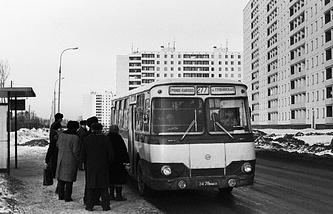 На автобусной остановке в новом микрорайоне Троице-Лыково